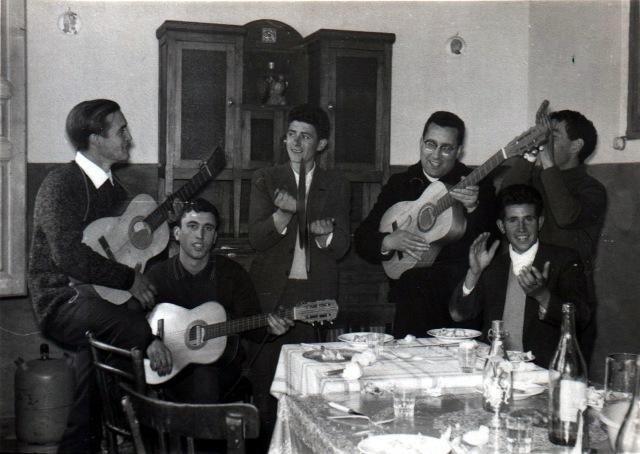 Foto de Mayorga. Cuadrilla cantando y tocando música.