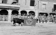 Foto de las fiestas de Mayorga en 1970. Tablero y toro