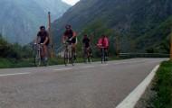 Foto del equipo ciclista de Mayorga en los Lagos de Covadonga