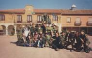 Foto de los quintos del 2000 en la plaza de Mayorga