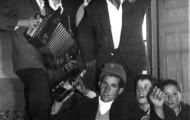 Foto de los Quintos cantando en Mayorga 1964