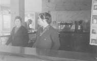 Mujeres en la gasolinera Mayorga 1976
