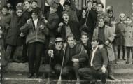 Quintos en la plaza con niños 1966