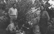 Cinco hortelanos de Mayorga lavando cebollas