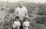 Jesús García con sus hijas Inma y Mari 1968