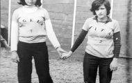 Dos chicas en la plaza de toros de Mayorga. 1978